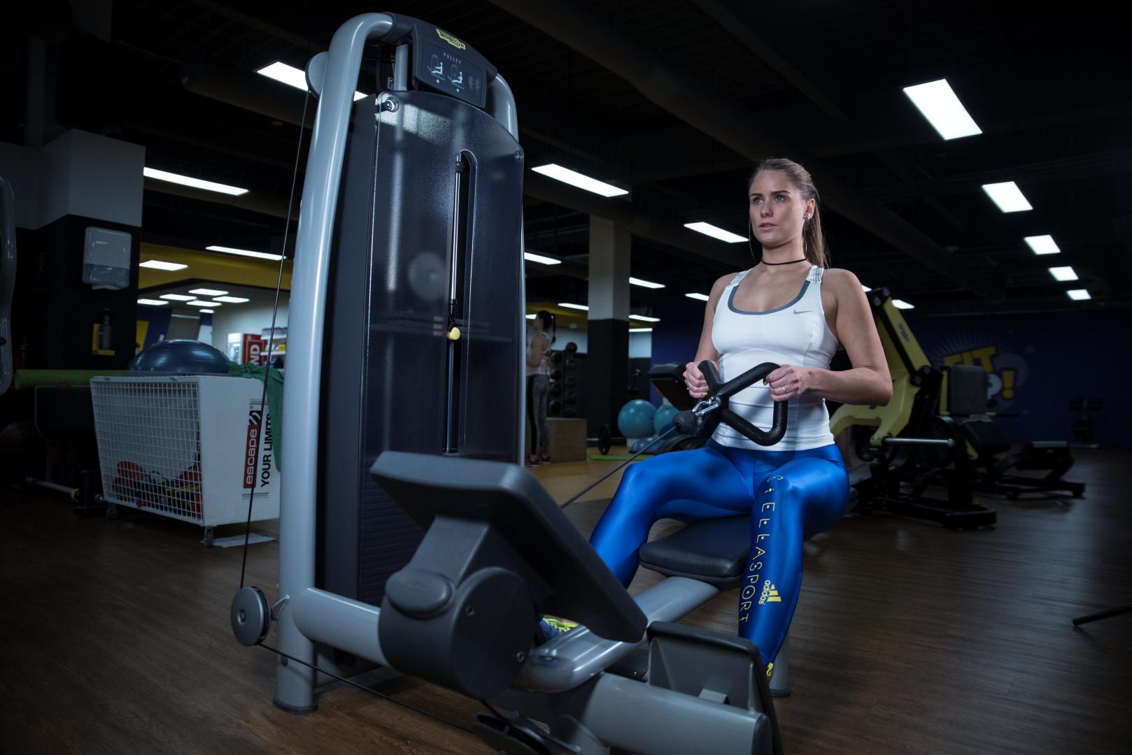hlavna vrchna fitness trening na strojoch