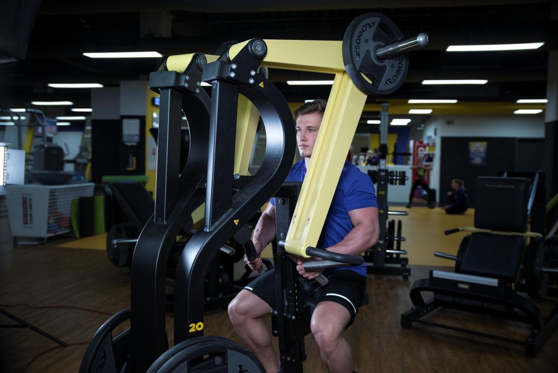 hlavna vrchna silovy fitness trening